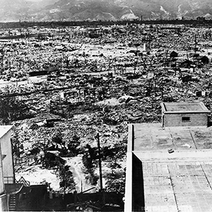 The view over Hiroshima from the Red Cross Hospital in 1945. The nuclear detonation released huge amounts of energy, 50 % of which leveled the inner city in the form of a massive pressure wave, demolishing almost all buildings within a 2 km radius. Photo: U.S. Government / public domain