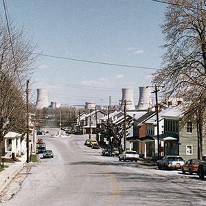 The community of Goldsboro on the Susquehanna River. The Three Mile Island nuclear power plant can be seen in the background. To this day, thorough research on the health effects of the radioactivity released during the fi ve days of the meltdown remains limited. Photo: © NARA