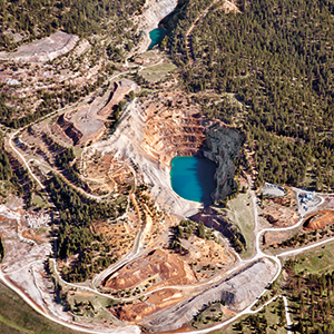 Midnite Mine, the only open-pit uranium mine in the northwestern United States, produced fi ssile material for the U.S. nuclear weapons program. A clean-up plan was not drafted until 30 years after the mine was decommissioned. Photo: © Jed Conklin, www.jedconklin.com